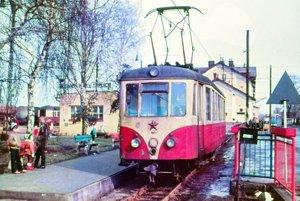 Elektrický vozeň EMU 46.0 na stanici v Trenčianskej Teplej.
