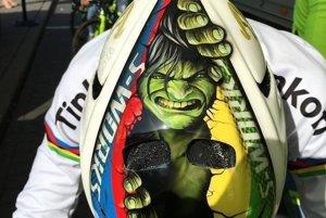 Sagan s Hulkom na prilbe.