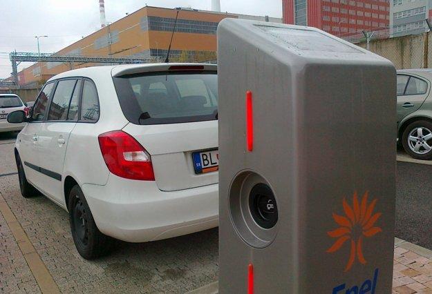 Verejná nabíjacia stanica pre elektromobily je v Mochovciach.