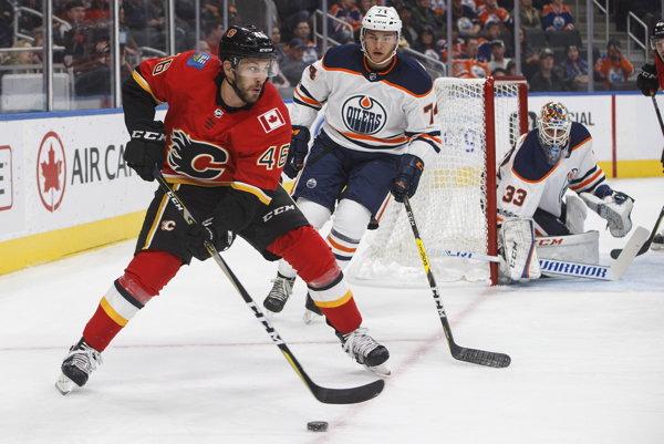 Marek Hrivík (v popredí) sa v aktuálnej sezóne doposiaľ v NHL nepredstavil.