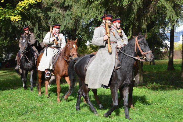 Donskí kozáci. Poľskí vojenskí nadšenci budili na koňoch rešpekt.