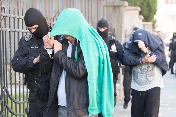 Na snímke policajti privádzajú na Špecializovaný trestný súd (ŠTS) mužov, ktorých zadržali v piatok 13. októbra 2017 v rámci najväčšej akcie finančnej polície SHARK.