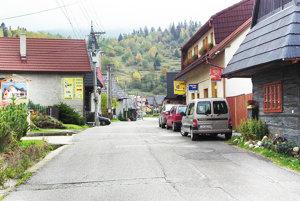 Starú cestu cez dedinu treba nanovo vyasfaltovať. Najskôr ju však musí dostať obec.