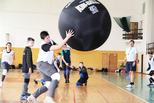 Kin-ball sa hrá s loptou o priemere 122 cm.