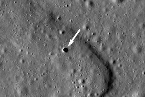 Diera - vstup do lávového tunelu na Marius Hills. Vstup je omnoho tmavší ako ostatné krátery v okolí.
