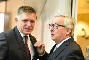 Premiér Robert Fico (vľavo) a predseda Európskej komisie Jean-Claude Juncker.