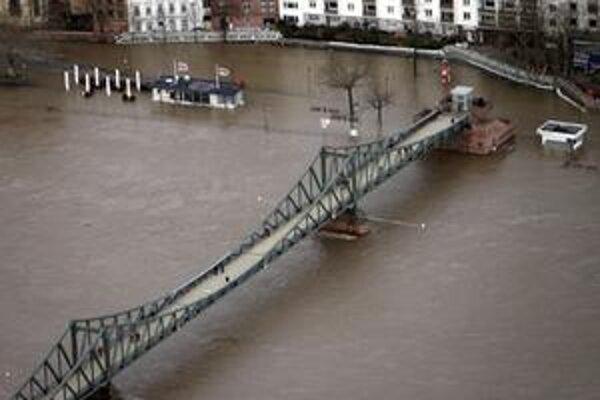 V hesenskom Frankfurte nad Mohanom sa voda zastavila až pri protipovodňových zábranách pred historickým centrom.