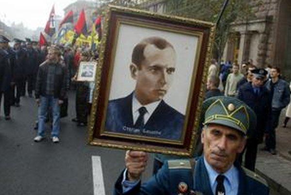 Bývalý partizán s portrétom Stepana Banderu.