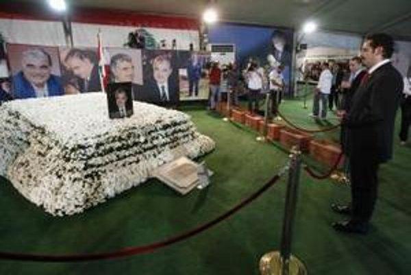 Syn zavraždeného bývalého libanonského premiéra Rafíka Harírího , sa modlí pri otcovom hrobe v centre Bejrútu.