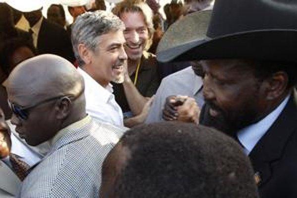 Na referendum v južnom Sudáne sa prišiel pozrieť aj americký herec George Clooney, ktorý v tejto krajine rozbehol kampaň proti obnoveniu občianskej vojny. Pri poslednej návšteve dokonca dostal maláriu, z ktorej sa už vystrábil. V Džube sa stretol s juhosu