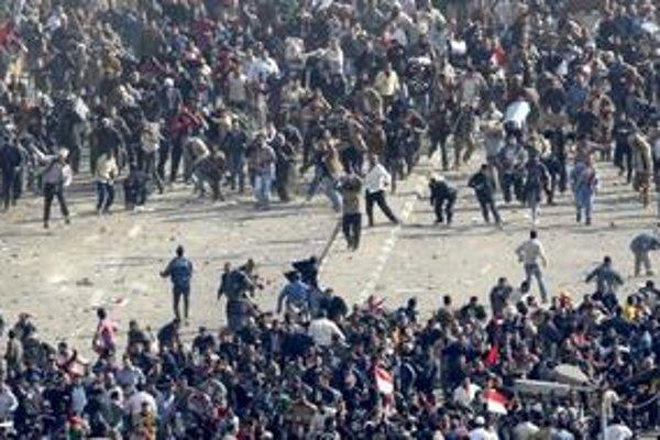 Stúpenci revolúcie a podporovatelia prezidenta po sebe v stredu hádzali kamene či fľaše. Pri zrážkach sa zranilo 400 ľudí, jeden človek zahynul.
