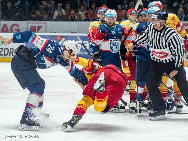 Hral sa hokej ako remeň. Okorenil ho pästný súboj Mezeia s Bohunickým.