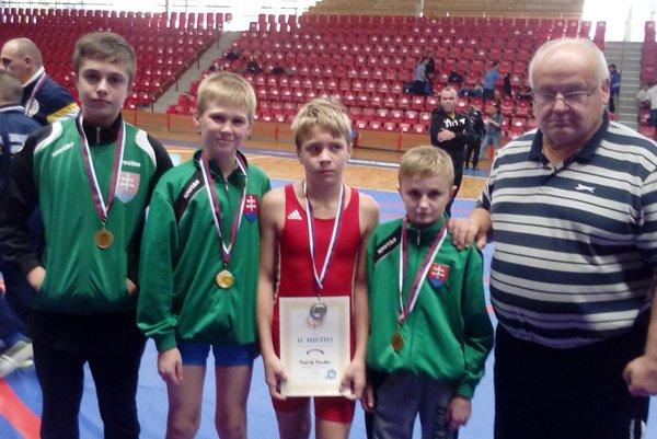Tréner Libor Mokrý, zápasníci Dominik Sýkora, Viktor Solnica, Patrik Pucher, Marek Hlásny.