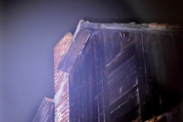 Hasiči museli odrezať aj kus hranola na štítovej strane.