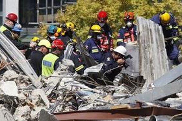 Záchranári prehľadávajú ruiny.