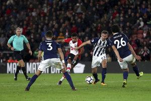 Sofiane Boufal (v strede) strieľa jediný gól Southamptonu v zápase proti West Bromwichu Albion.