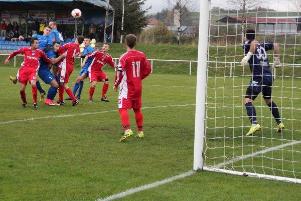 Jediný gólový moment zápasu medzi Tvrdošínom a Trstenou sa zrodil po rohu a hlavičke Michala Lajša.