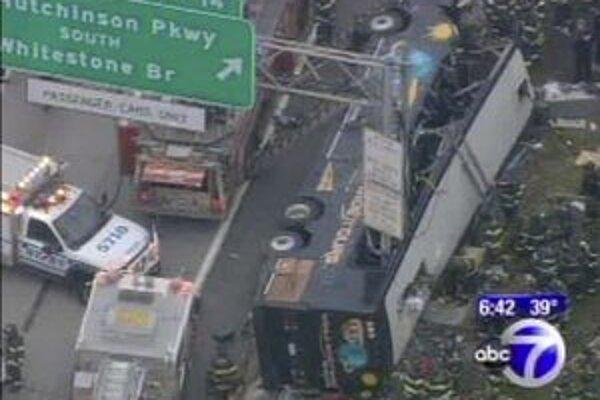 Na televíznej snímke výletný autobus po havárii na diaľnici v New Yorku.