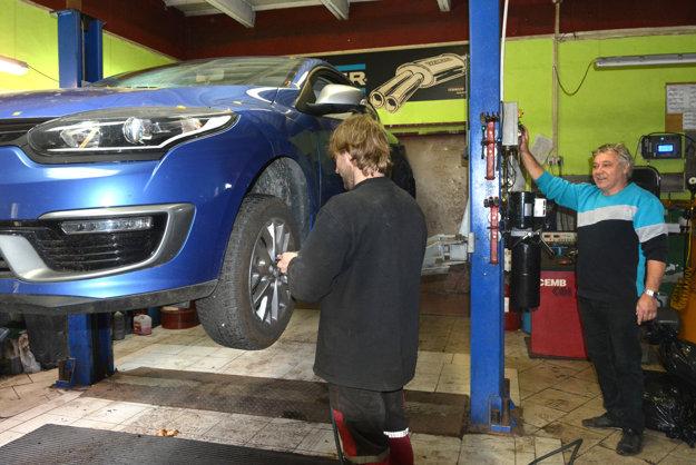 Pred výmenou. Na zimných pneumatikách sa kontroluje dezén.