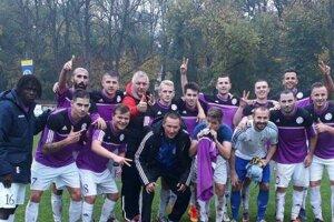 Radosť Komárňanov po víťaznom zápase v Trebišove.