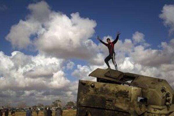 Povstalci vítali spojenecké lietadlá výkrikmi radosti.