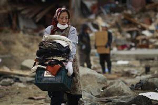 Dva týždne po prírodnej katastrofe Japonsko stále ráta obete a bojuje s jadrovou elektrárňou Fukušima.