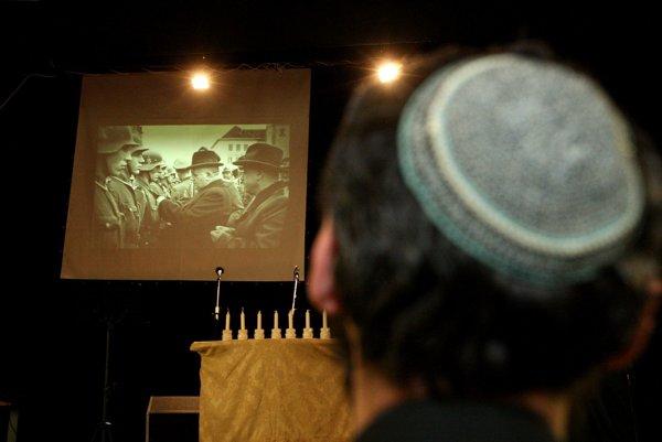 Silný moment. Rabín Kapustin sleduje dokument, v ktorom sa objavila archívna fotografia, na ktorej prezident Tiso vyznamenáva na banskobystrickom námestí fašistckých vojakov.