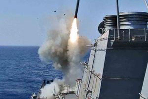 Americká vojnová loď odpaľuje strelu Tomahawk. Líbyjskí povstalci zatiaľ dostávajú podporu len zhora.