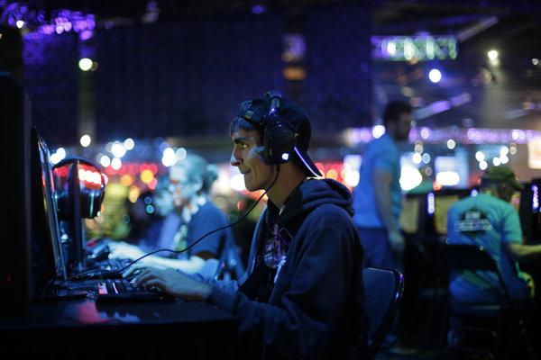 Účastník hernej konferencie BlizzCon v roku 2015.