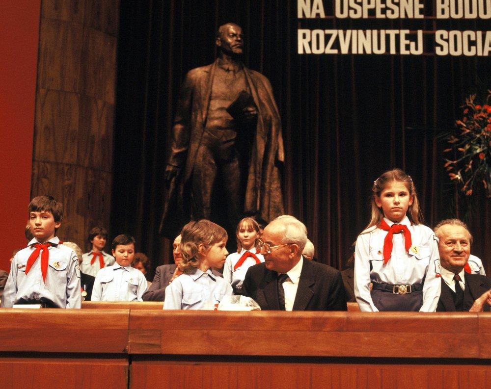Prezident ČSSR Gustáv Husák obklopený pioniermi počas otvorenia XV. zjazdu Komunistickej strany Československa. O desať rokov už mali ľudia komunistov aj normalizácie plné zuby a začala cesta k demokracii.