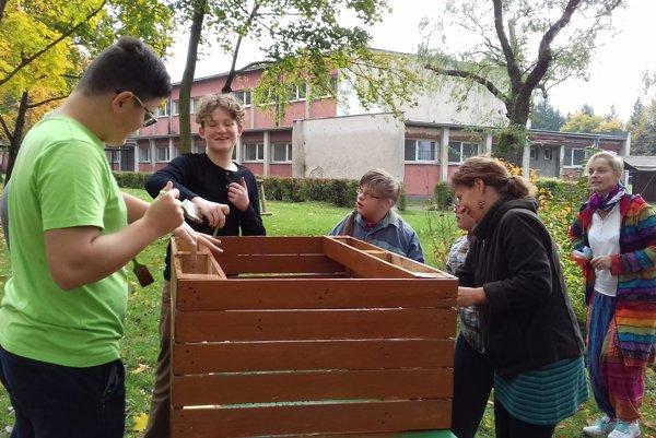 Dobrovoľníci vybudovali detské ihrisko.