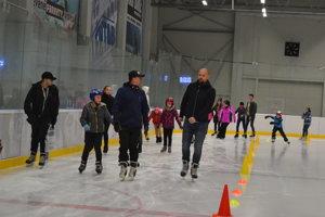 Martin Jakubko. Akciu odštartoval bývalý futbalový reprezentant (vpredu vpravo), ktorý má k ľadu blízko.