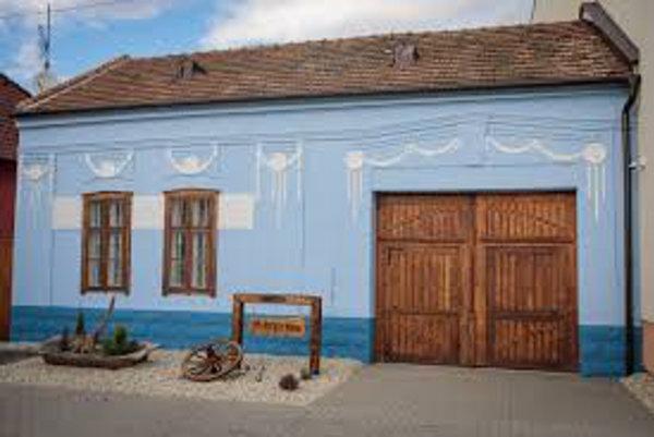 Vidiecky dom vo Vlčkovciach kúpila a opravila obec.