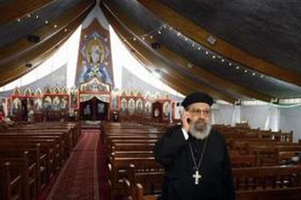 Kňaz Girguis Lucas telefonuje pred rozhovorom s novinárom v koptskom kostole Sainte Marie Sant Marc v Chatenay-Malabry pri Paríži.