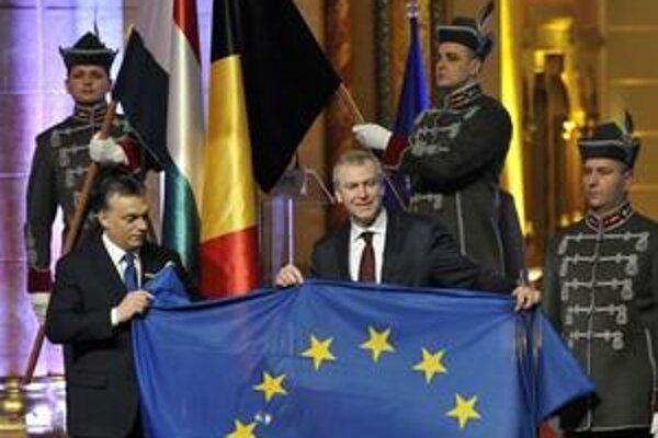Viktor Orbán a jeho belgický partner Yves Leterme pri preberaní predsedníctva únie.