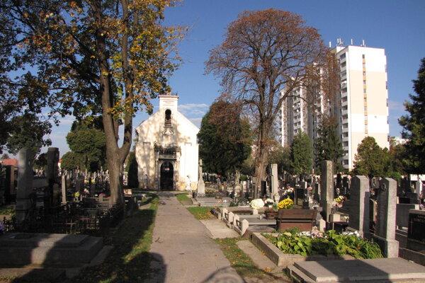 Cintoríny uzavreli v nedeľu popoludní.