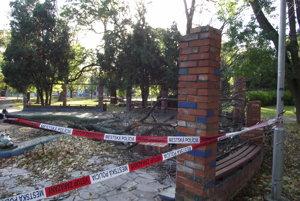 Poškodené stĺpiky okolo žabej fontány.