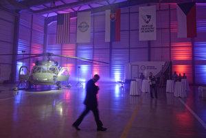 Prezentácia vrtuľníka Sikorski UH-60 Black Hawk počas slávnostného otvorenia výcvikového strediska Slovak Training Academy.