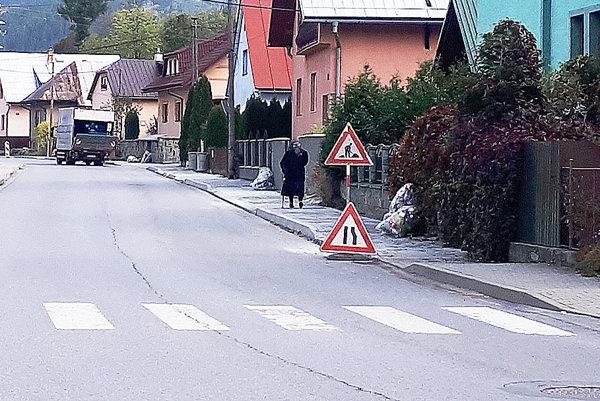 Nový chodník využívajú školáci i dôchodcovia.