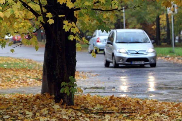 Pri počasí, keď sa hromadí voda na cestách, je veľká pravdepodobnosť, že sa vozidlo stane neovládateľné v dôsledku takzvaného akvaplaningu.