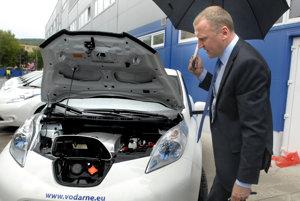 Generálny riaditeľ Hreha. Vodou z vodovodu v roku 2014 krstil desať elektromobilov Nissan, ktoré kúpili vodárne.