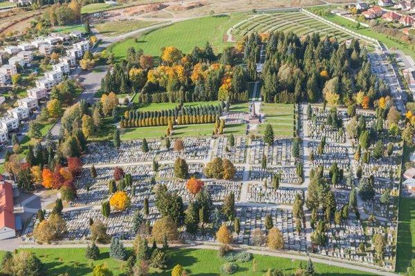 """Letecký pohľad na zvolenský cintorín, v pozadí vidieť """"zelený trávnik""""."""