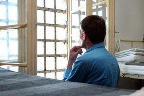 Muž môže stráviť vo väzení tri až osem rokov.