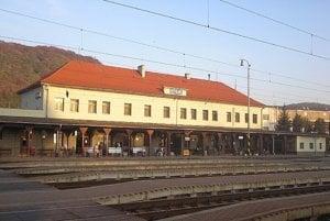 Vlak stál v Kysaku, nabral 13 minút meškania.