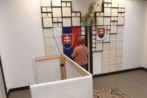 Príprava volebnej miestnosti na voľby do orgánov samosprávnych krajov -Trenčianske Stankovce.