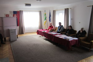 Volebná komisia v Prosieku. S voľbami zatiaľ veľa roboty nemali.
