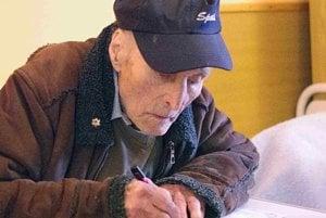 Deväťdesiatsedemročný Štefan Mihálik pri preberaní hlasovacích lístkov.