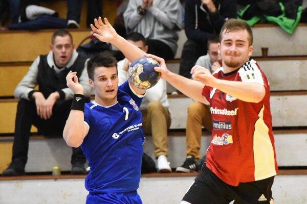 V červenom drese Šaľan Šimon Michniewicz, vľavo Šimon Macháč z Považskej Bystrice.