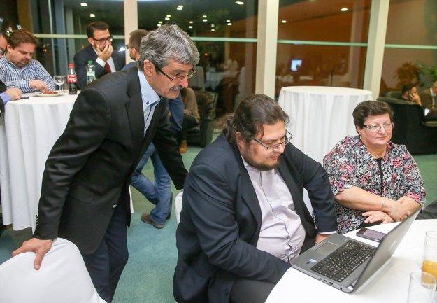 Milan Ftáčnik sleduje spočítavanie výsledkov na notebooku.