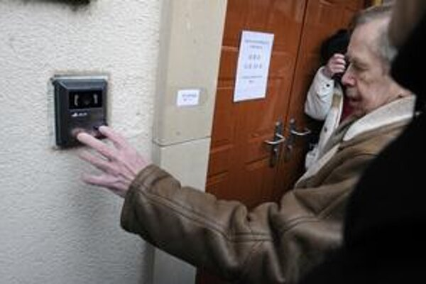 Československý exprezident Václav Havel v stredu zvonil pri vchode do čínskej ambasády. Nik mu neotvoril.